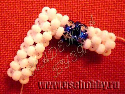 плетем целиком синий крестик и два белых крестика