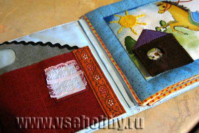 пришиваем листы развивающей книжки за полоску ткани к корешку на обложке