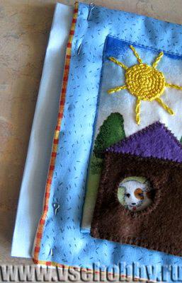 полоску ткани вставляем в открытый срез мягкой странички развивающей книжки для ребёнка