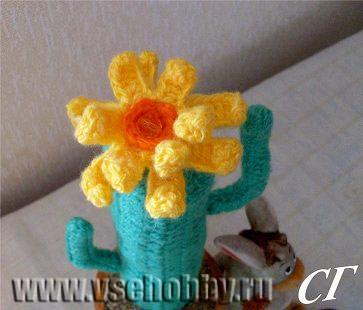 кактус связанный своими руками крючком с цветком готов вас радовать