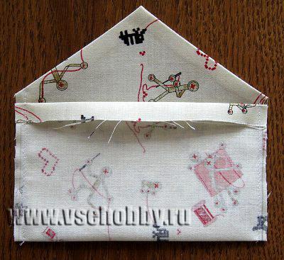 сшиваем детали подкладки конверта и заглаживаем припуски на швы