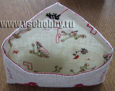 сшитые детали подкладки и конверта из канвы с вышивкой крестом