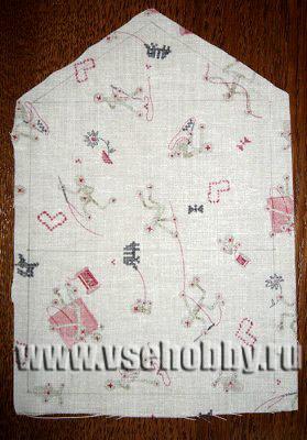 деталь вышитого конверта из ткани с припусками