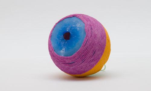 не простой этап извлечения шарика из игрушки