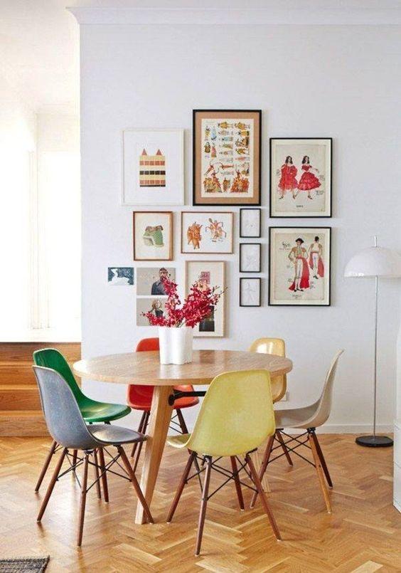 Сочетание мебели и картин на стене