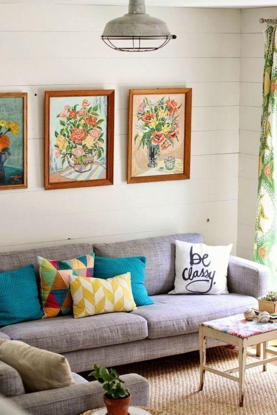 Картины на стене загородного дома