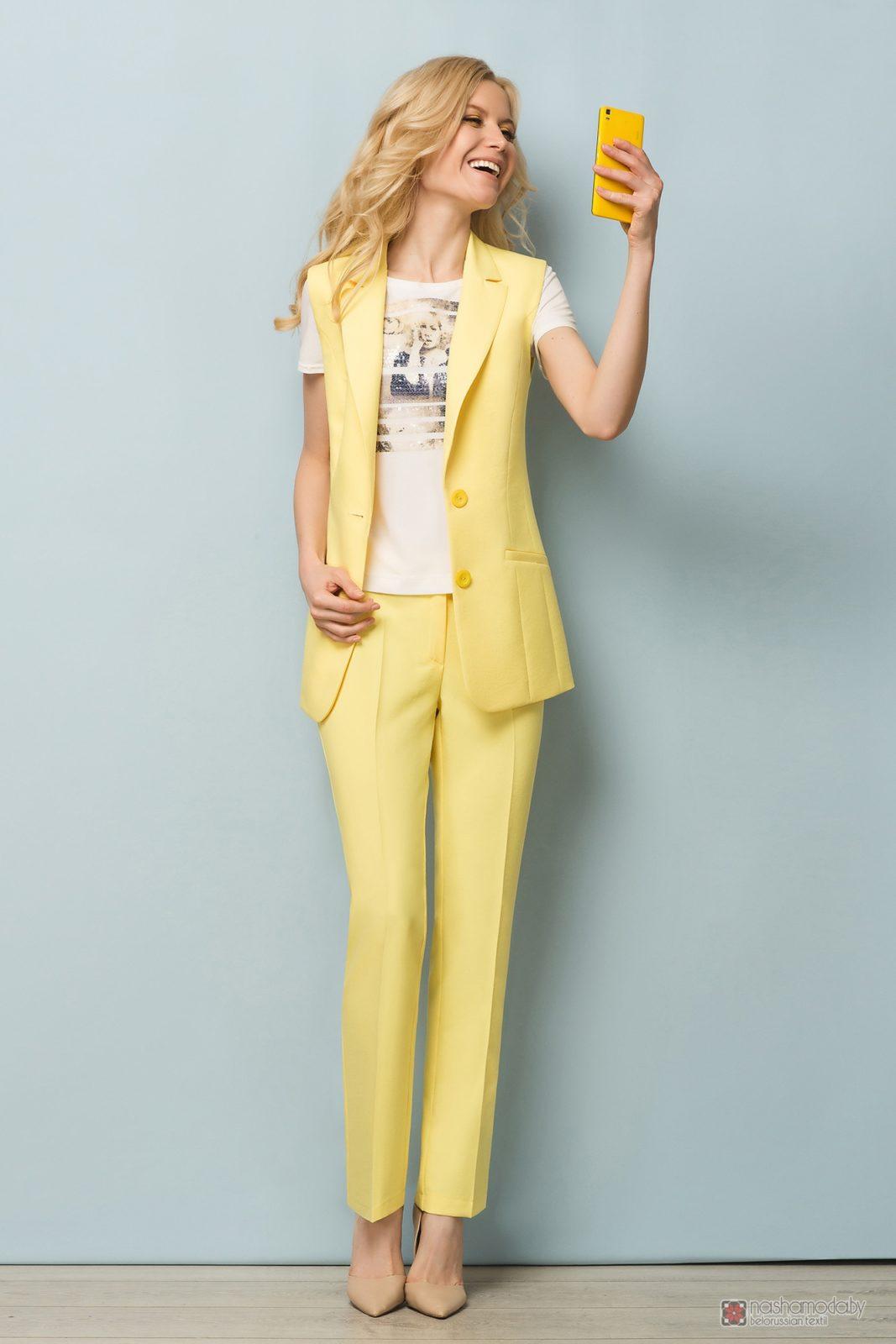 Женский брючный костюм бледно-жёлтого цвета