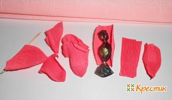 Заворачиваем конфеты в бумагу