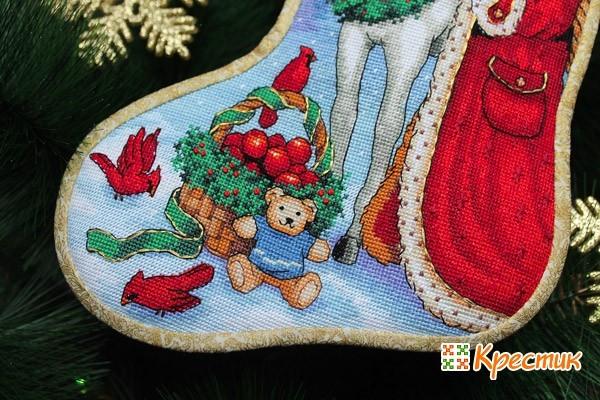 Вышитые рождественские носки на камин