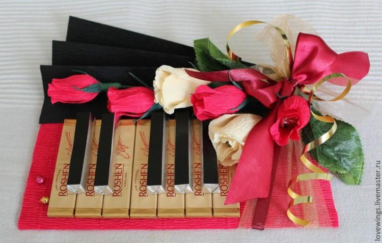 Красивая коробка конфет в подарок учителю на 8 марта