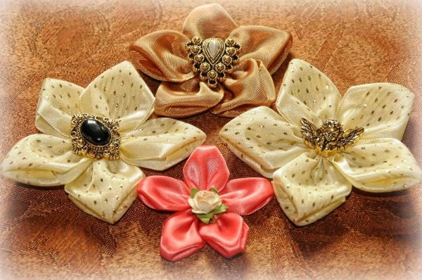 Милые цветы из атласных лент