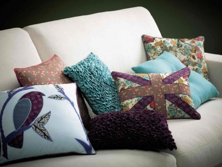 Диванные подушки тоже можно декорировать своими руками