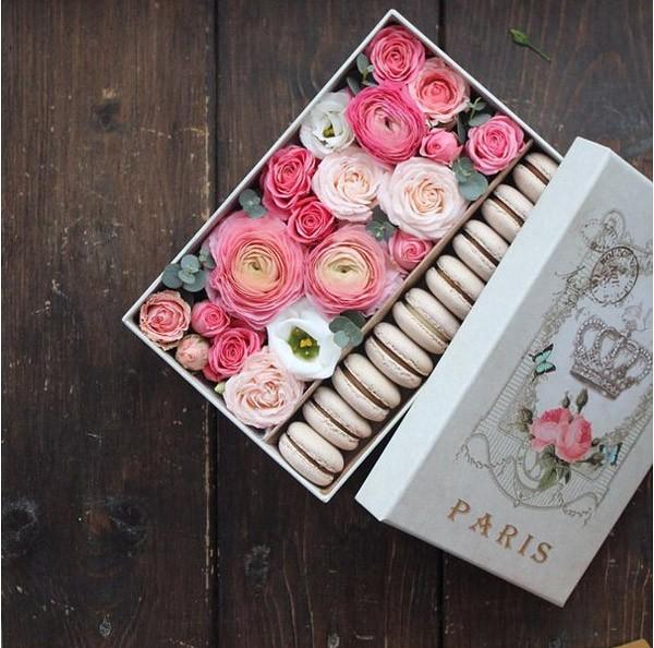 Коробочка с цветами и пирожными-макарунами