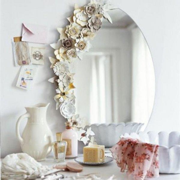 зеркало, украшенное цветами из лотков