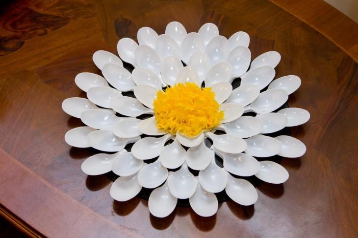 цветы из одноразовых ложек своими руками