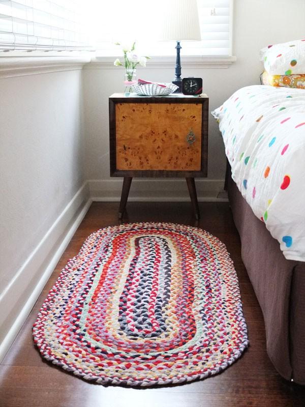 плетеный коврик у кровати