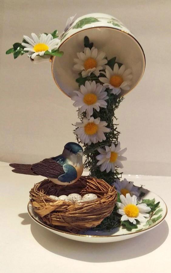 Чашечка с ромашками и птичкой с гнездом