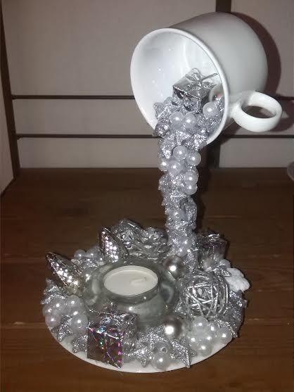 Зимняя чашка со снежными искрами