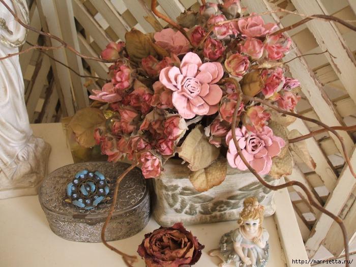 цветы из лотков в пастельных розовых тонах