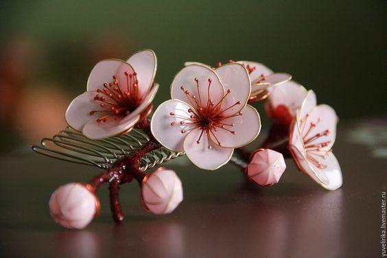 Гребешок с нежными цветами