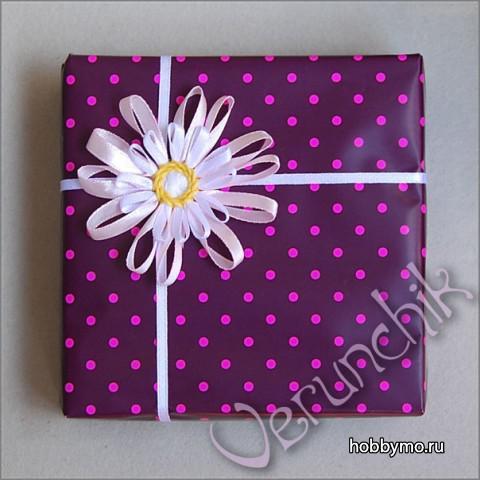 упаковка с цветком из лент