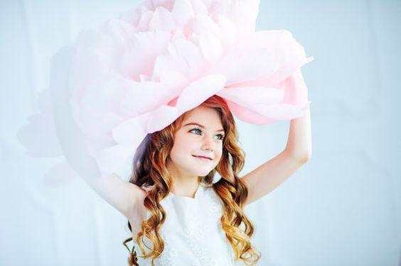 Эта гигантская шляпа–пион изготовлена по такому методу, но, чтобы она держала форму, потребуется плотная бумага