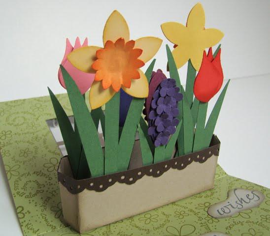 Клумба с цветами в окошке