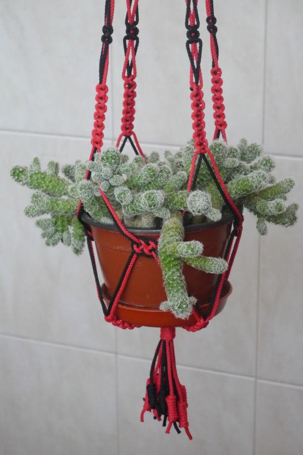 Кашпо для цветка сплетено из ниток 2-х цветов