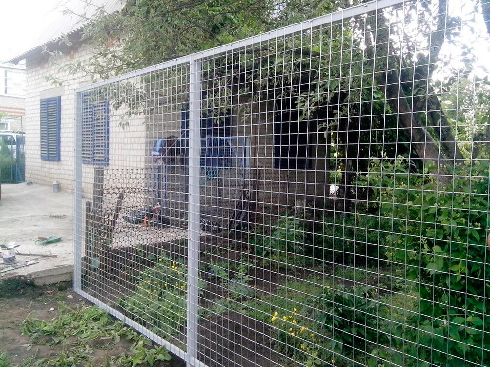 белый забор сетка