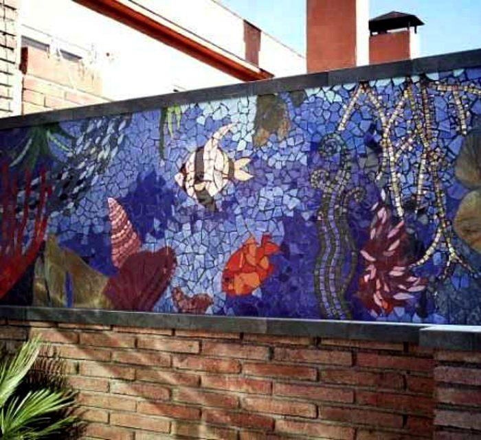 Мозаика, выложенная на заборе