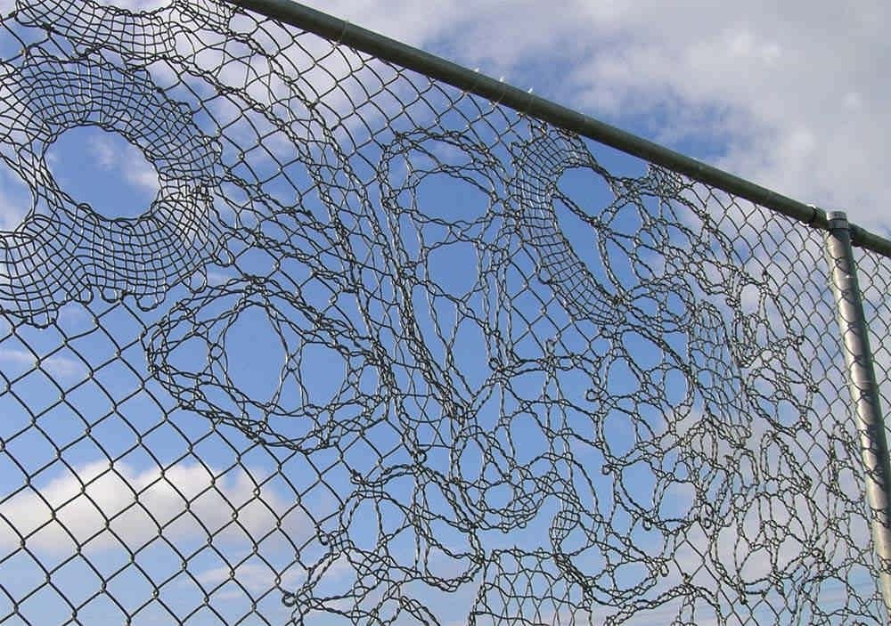 Узор на сетчатом заборе