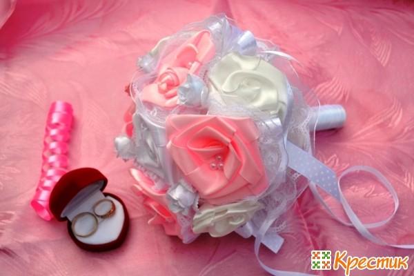 букет невесты из атласных лент и кружева