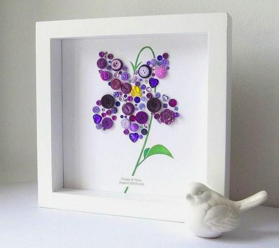 Лиловый цветок из пуговиц