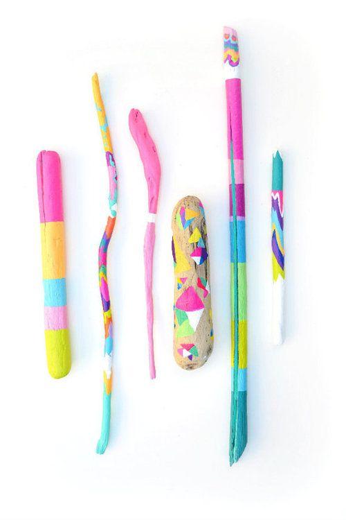 Расписанные красками деревянные палочки