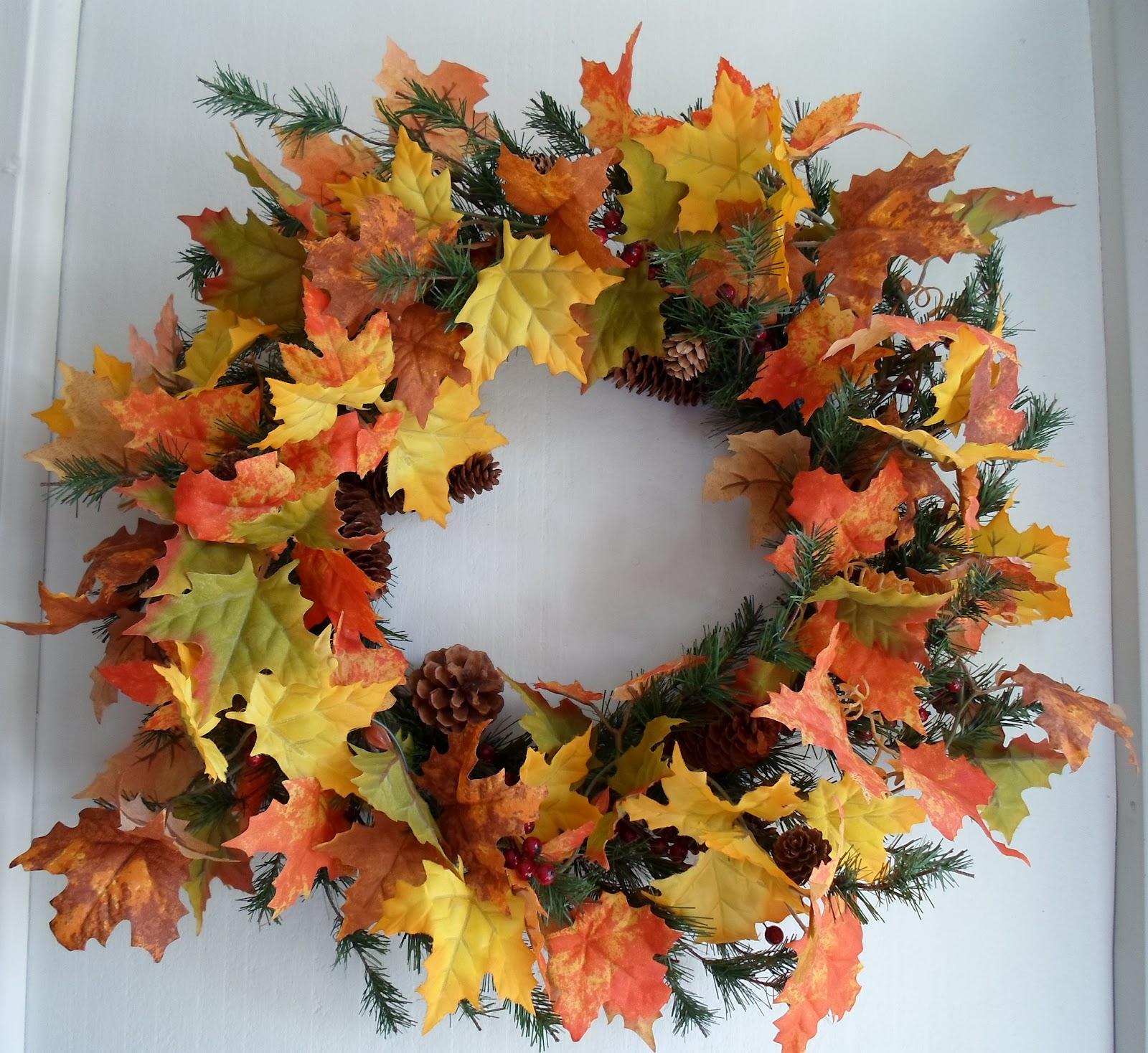 декор из листьев и шишек
