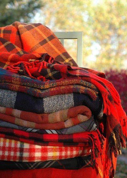 Осенью самое время доставать из шкафов пледы и покрывала.