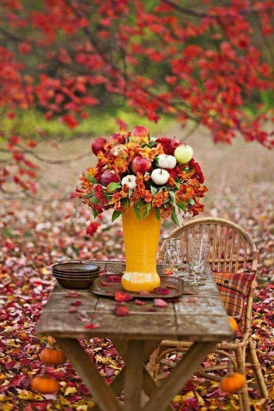 Букет из яблок и листьев