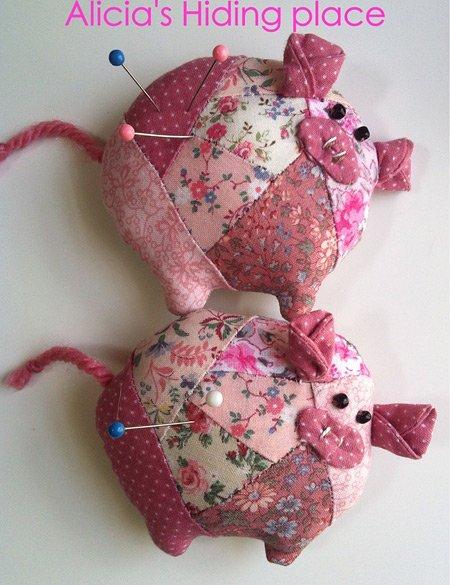 Игольница-свинья в технике Пэчворк
