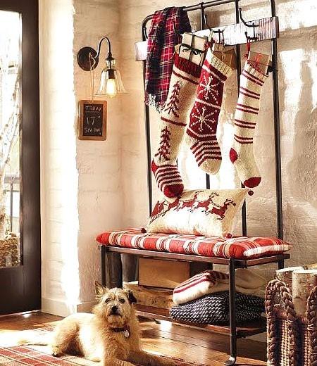 Рождественские носки в прихожей