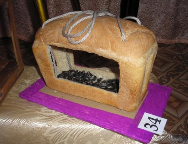 Кормушка из булки хлеба