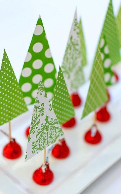 Елочки из бумаги с подставками-конфетами