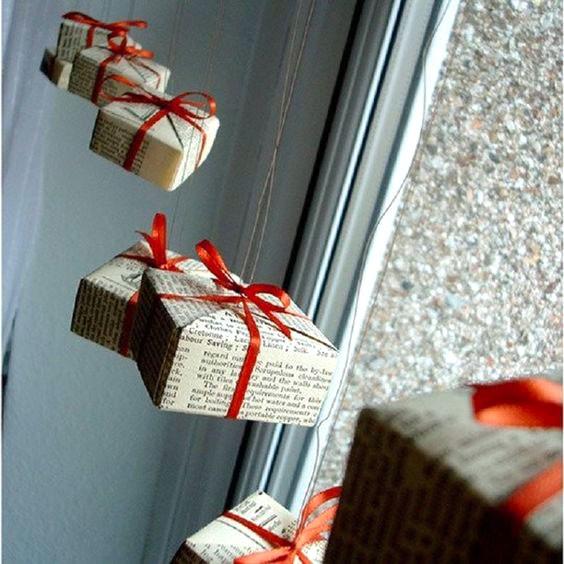 Подарочки-подвесы в газетной упаковке