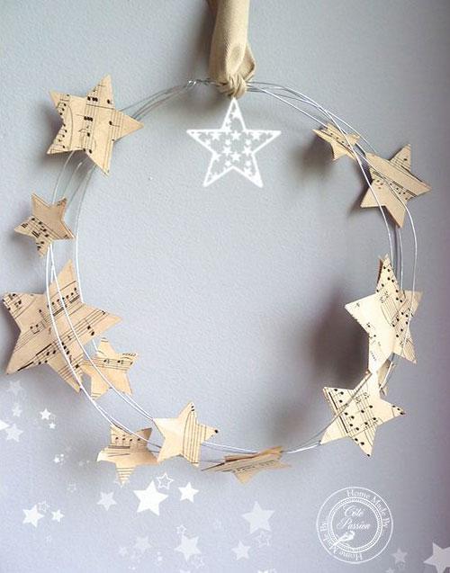 Венок из проволоки и бумажных звезд