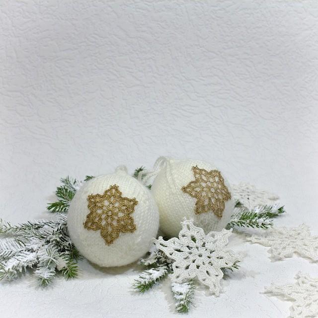 Золотистые снежинки меньше белых