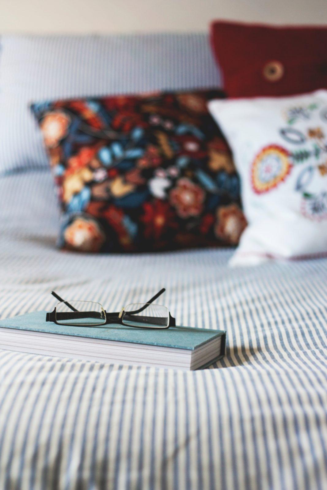 Декоративные подушки украшают кровать