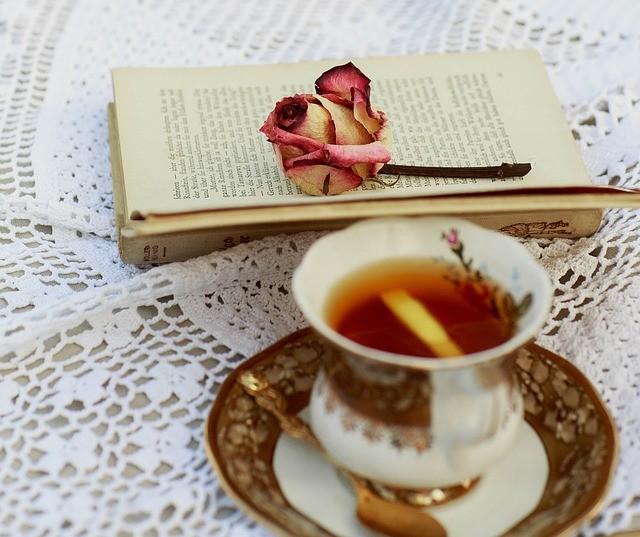 Чашка чая и раскрытая книга