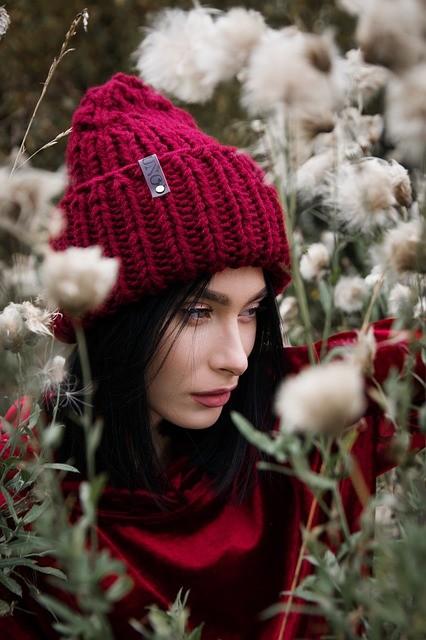 девушка в шапке цветы