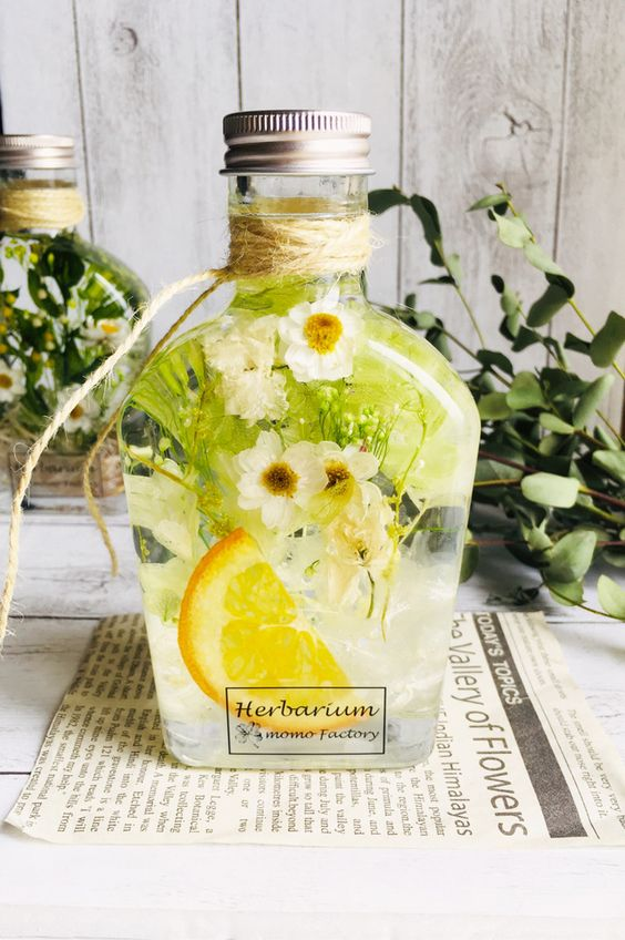 Цветы и фрукты в бутылке