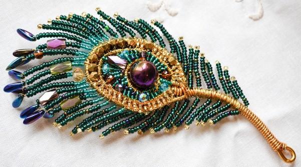 Плетеная брошь перо павлина