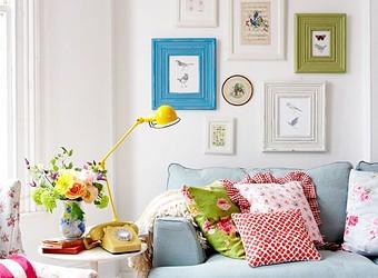 Как украсить стену в комнате с помощью вышивки и постеров